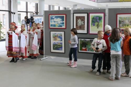 Открывает городскую выставку ансамбль Купавушка